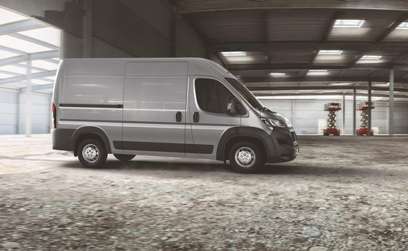 The Peugeot Boxer GRIP version is perfectly suited to rough terrain and to heavy and long loads. Its standard features give it the strength to deal with anything.