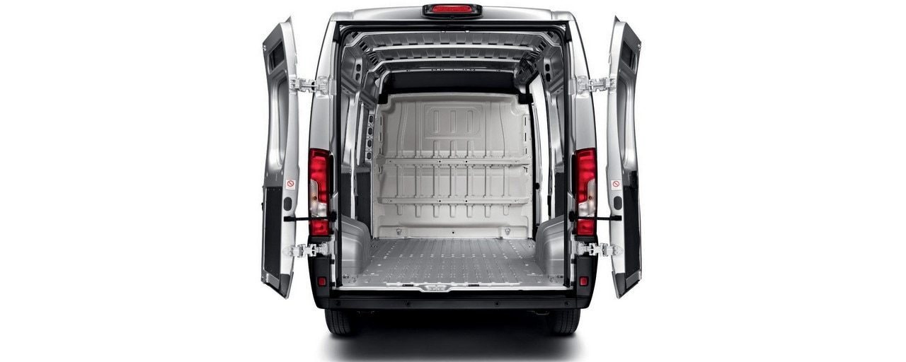 Wide access on the PEUGEOT Boxer, with opening angles of between 96° and 270° , for easy loading and unloading.