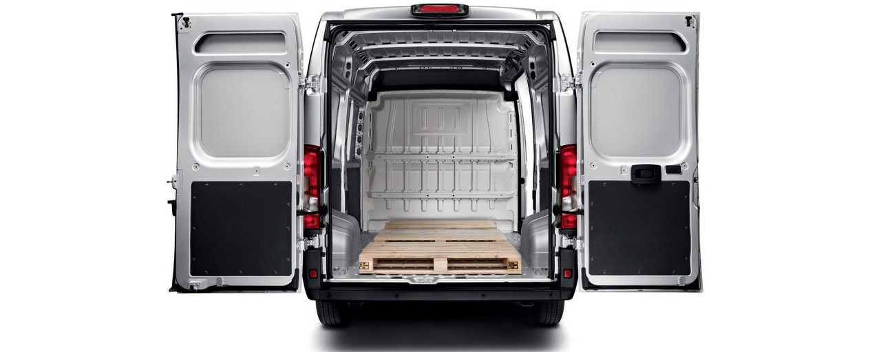 Peugeot Boxer : Swing doors of up to 2.03m in height, for a best-in-class load width of 1,422 mm between wheel arches.