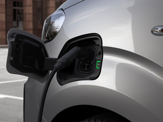 NEW PEUGEOT e-EXPEERT – charging hatch