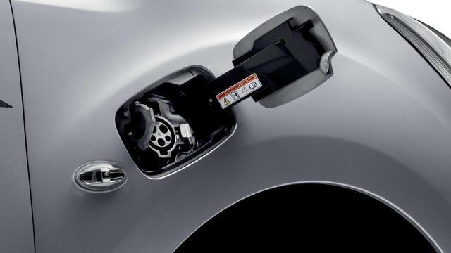 Peugeot Partner Electric charging side